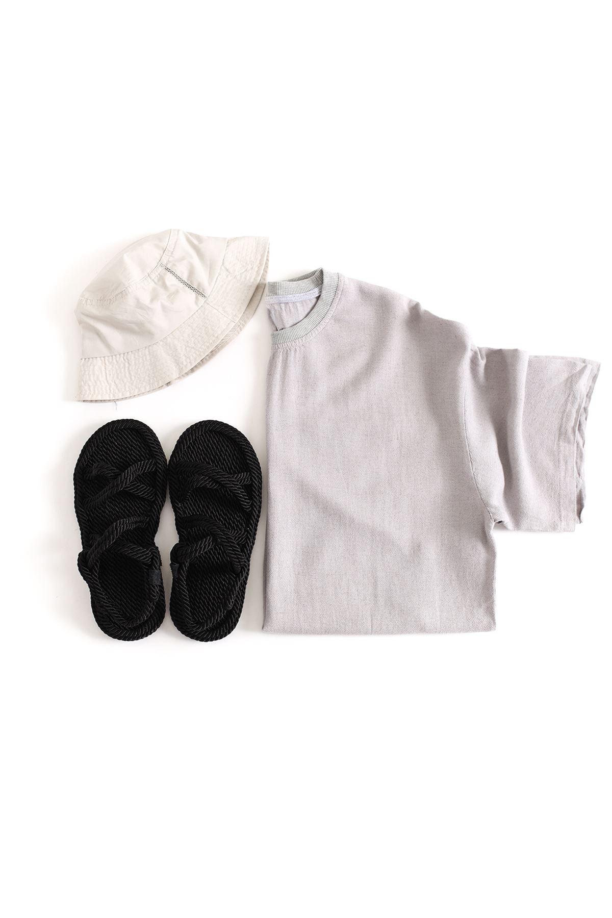 Gri Keten T-Shirt Siyah Çapraz Sandalet Kombin