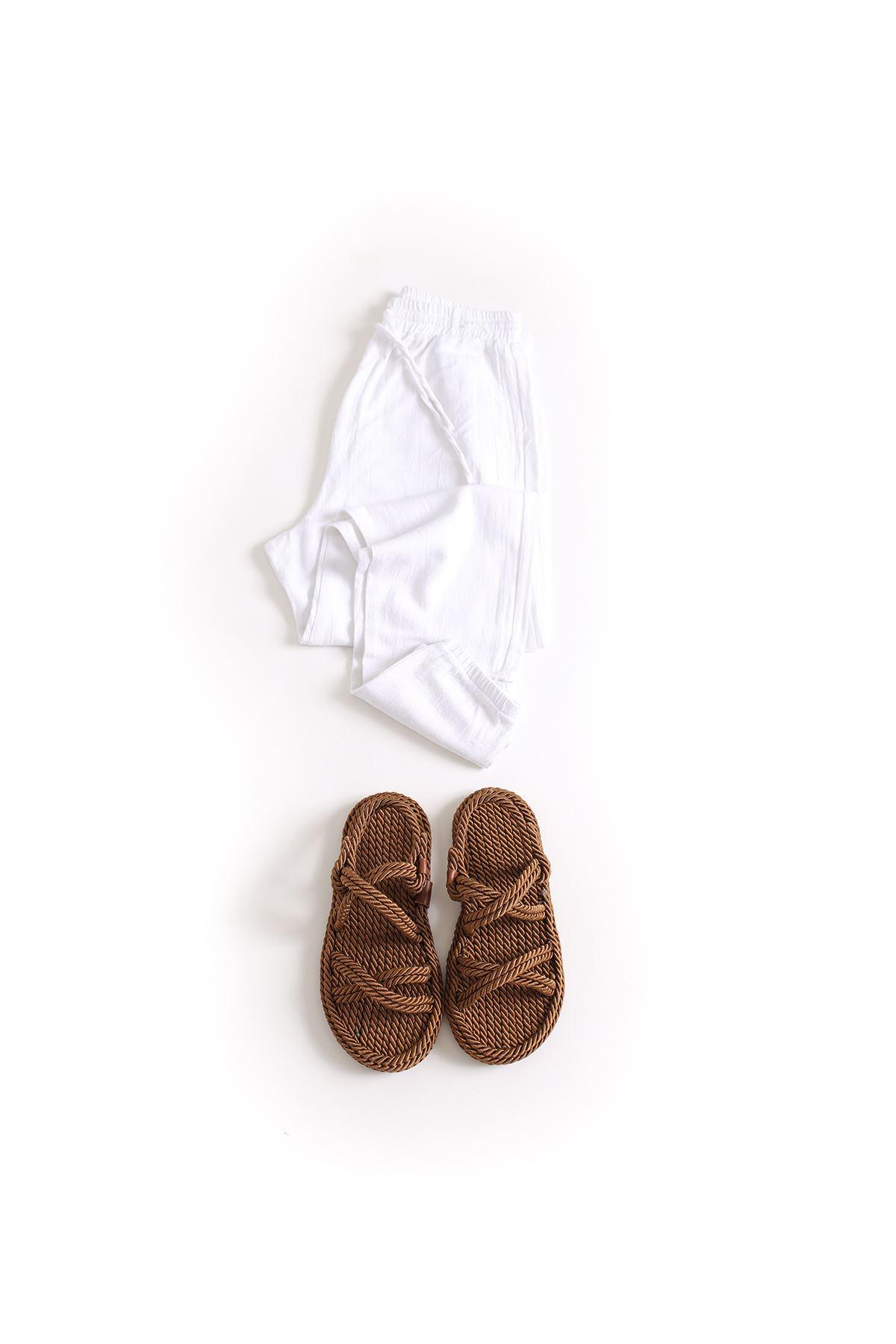 Beyaz Keten Jogger Pantolon Çapraz Sandalet Kombin